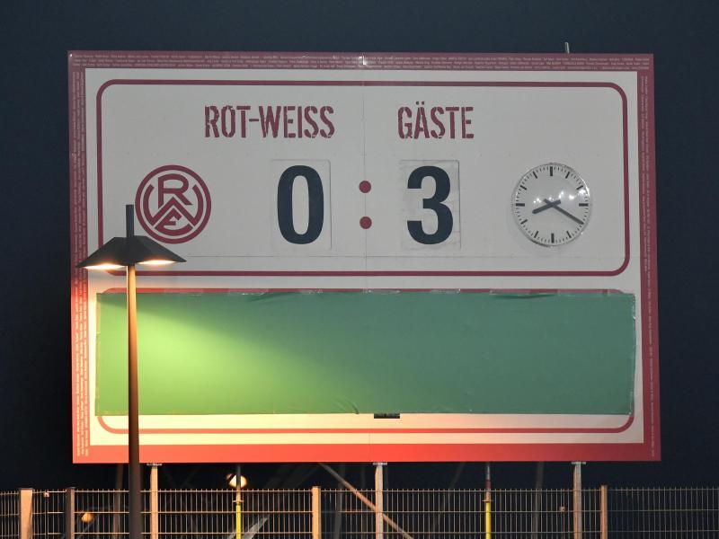 Der Endstand ist auf einer Anzeigentafel im Essener Stadion zu sehen. Foto: Martin Meissner/AP POOL/dpa