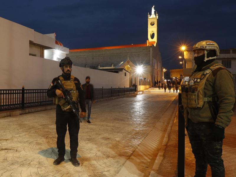 Irakische Sicherheitskräfte patrouillieren vor der Kirche der Unbefleckten Empfängnis in Qaraqosh während der Vorbereitungen auf den bevorstehenden Besuch des Papstes. Foto: Hadi Mizban/AP/dpa