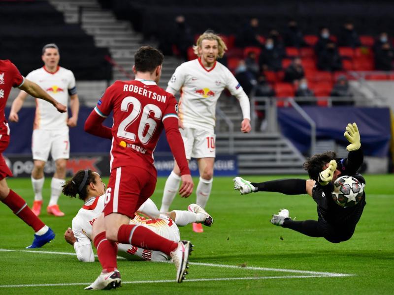 Liverpool-Keeper Alisson (r) muss sich mächtig strecken, bleibt letztlich aber ohne Gegentor. Foto: Marton Monus/dpa