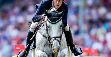 Ist auf seinem Hof besonders vom Pferde-Herpes betroffen: Springreiter Sven Schlüsselburg. Foto: Uwe Anspach/dpa