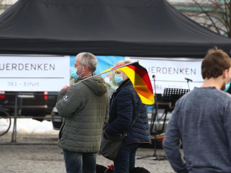 Teilnehmer einer Demonstration gegen die Corona-Maßnahmen in Erfurt auf dem Domplatz. Foto: Bodo Schackow/dpa-Zentralbild/dpa