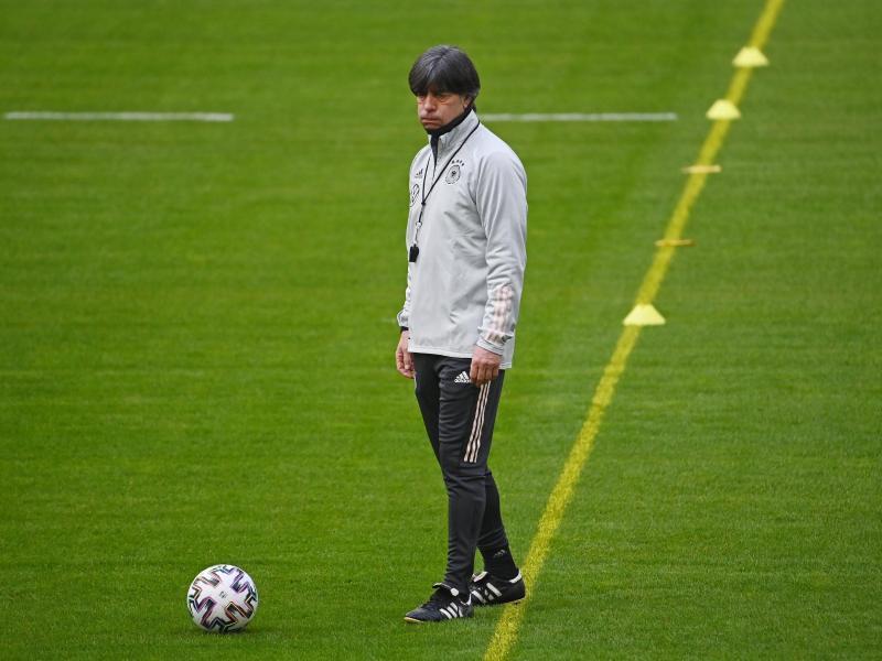 Bundestrainer Joachim Löw verfolgt entspannt das Training der Nationalmannschaft. Foto: Federico Gambarini/dpa