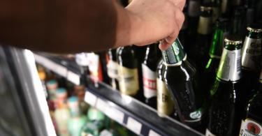 Die Deutschen trinken in der Corona-Krise weniger Alkohol. Experten sehen den Grund in den geschlossenen Gaststätten. Foto: Sven Braun/dpa