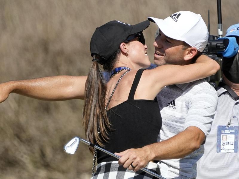 Küsschen als Belohnung: Sergio Garcia bekommt einen Kuss von seiner Liebsten. Foto: David J. Phillip/AP/dpa