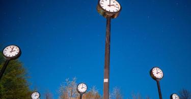 Am frühen Sonntagmorgen wird der Zeiger von 2.00 Uhr auf 3.00 Uhr gerückt. Foto: Fabian Strauch/dpa