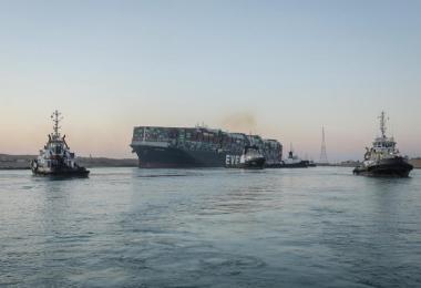 Das 400 Meter lange Schiff ist wieder in schwimmenden Zustand gebracht worden. Foto: -/Suez Canal Authority/dpa
