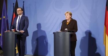 Gesundheitsminister Jens Spahn (CDU) und Bundeskanzlerin Angela Merkel (CDU) geben eine Pressekonferenz über die weitere Verwendung des Impfstoffs von AstraZeneca. Foto: Markus Schreiber/AP POOL/dpa
