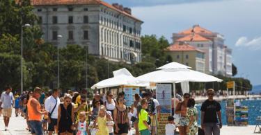 Touristen spazieren an der Uferpromenade in Zadar entlang. Ganz Kroatien gilt ab Samstag als Risikogebiet. Foto: Marko Dimic/Pixsell/Xinhua/dpa