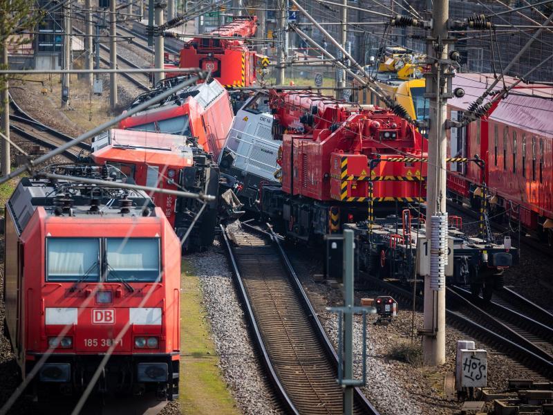 Die Bahn macht noch keine konkrete Prognose zur Dauer der Streckensperrung. Foto: Moritz Frankenberg/dpa