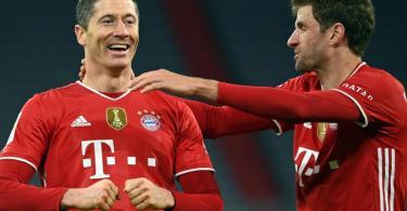 Thomas Müller (r) sieht im Ausfall von Robert Lewandowski auch eine Herausforderung an die Mannschaft, das gemeinsam aufzufangen. Foto: Sven Hoppe/dpa-POOL/dpa