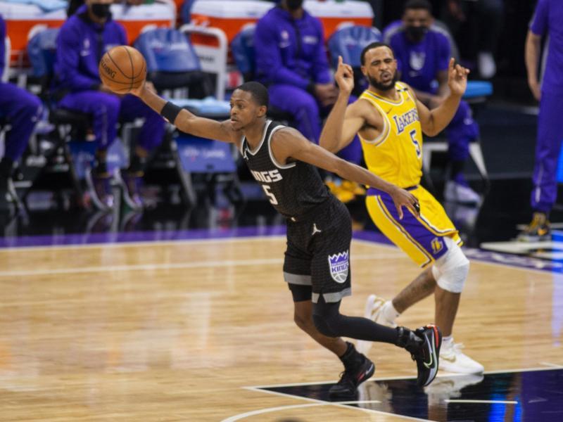 De'Aaron Fox (l) von den Sacramento Kings stiehlt den Ball von Talen Horton-Tucker von den Los Angeles Lakers. Foto: Hector Amezcua/AP/dpa