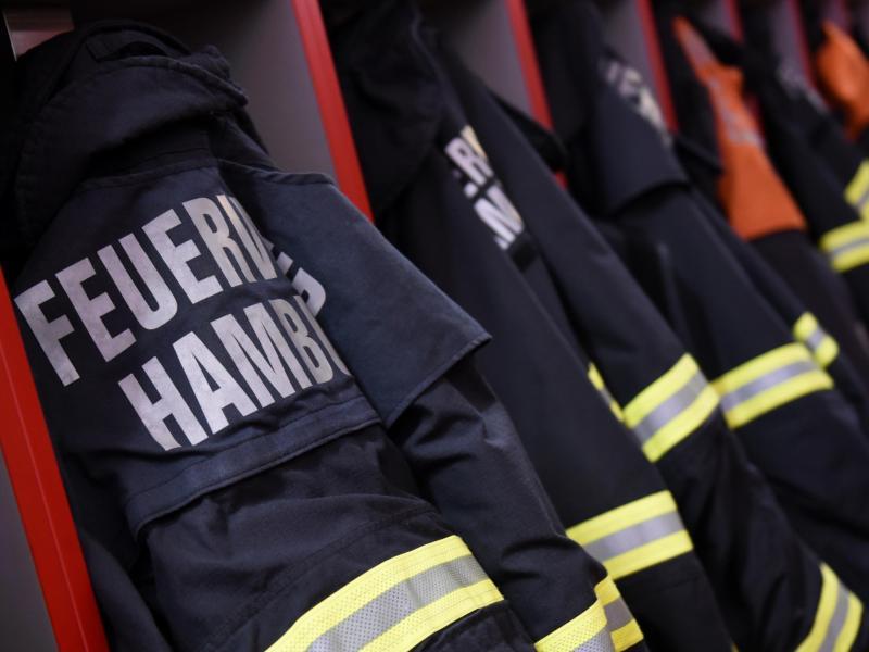 Feuerwehr-Einsatzjacken hängen in einer Feuerwache inHamburg. Foto: picture alliance / Daniel Bockwoldt/dpa