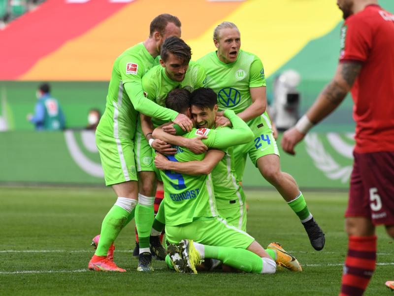 Wolfsburgs Josip Brekalo (M) jubelt mit den Mannschaftskameraden nach seinem Tor zum 1:0. Foto: Swen Pförtner/dpa
