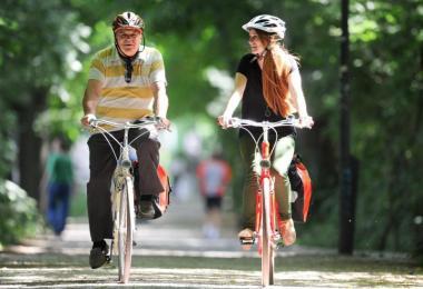 Ein eher aufrechter Sitz schont den Rücken beim Radfahren. Foto: Tobias Hase/dpa-tmn