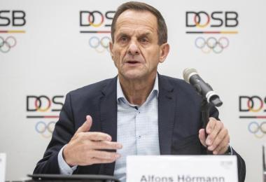 Alfons Hörmann, Präsident des Deutschen Olympischen Sportbundes, spricht in der DOSB-Zentrale bei einer Pressekonferenz. Foto: Frank Rumpenhorst/dpa