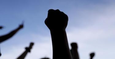 Demonstranten strecken während eines Protests gegen den Tod von George Floyd ihre Fäuste in die Höhe. Foto: Jeff Roberson/AP/dpa/Archiv