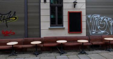 Leere Tische und Bänke stehen vor einer Kneipe in der Altstadt von Halle/Saale. Die Politik ringt um eine bundesweite Corona-Notbremse. Foto: Hendrik Schmidt/dpa-Zentralbild/dpa