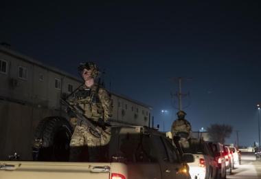 Bewaffnete US-Soldaten bei einem Überraschungsbesuch des US-Ex-Präsidenten Donald Trump in Bagram Air Field. Laut Regierungskreisen plant US-Präsident Biden den Abzug aus Afghanistan bis zum 11. September. Foto: Alex Brandon/AP/dpa