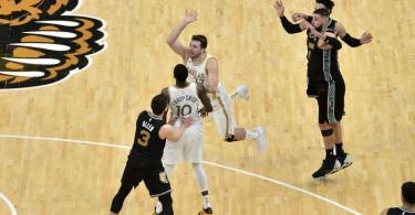 Luka Doncic (M.) von den Dallas Mavericks trifft den spielentscheidenden Wurf. Foto: Brandon Dill/AP/dpa