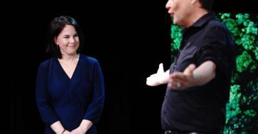 Robert Habeck überlässt die Bühne seiner Co-Vorsitzenden Annalena Baerbock: Sie soll die Grünen als Spitzenkandidatin in die Bundestagswahl führen. Foto: Kay Nietfeld/dpa
