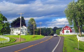Countryside on US 9 north of Red Hook, NY, USA, by Daniel Cooke - Original: https://commons.wikimedia.org/wiki/File:US_9_north_of_Red_Hook,_NY.jpg