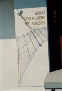 Meridiana a ore astronomiche con mezzodi' del fuso; l'equazione del tempo si legge in capo alle linee diurne tracciate ogni 10 giorni circa (valutazione per interpolazione del TMEC - l'ora dei nostri orologi)