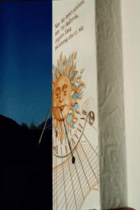 Meridiana a ore astronomiche con mezzodì del fuso; l'equazione del tempo si legge in capo alle linee diurne tracciate ogni 10 giorni circa (valutazione per interpolazione del TMEC - l'ora dei nostri orologi) A destra le declinazioni decrescenti, a sinistra quelle crescenti. Giovanni Meroi abilmente ha interpretato gli spunti paesaggistici del posto: il monte Pelmo, la chiesetta di S.Lorenzo, il soggiorno invernale degli ovini.