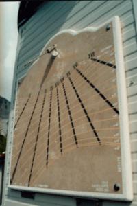 """Meridiana a ore astronomiche con mezzodi' del fuso; l'equazione del tempo si legge in capo alle linee diurne tracciate ogni 10 giorni circa (valutazione per interpolazione del TMEC-l'ora dei nostri orologi) Realizzata da macchina operatrice a controllo numerico su lastra di marmo da """"file"""" Autocad proveniente dal programma LNORAR5.  Orientamento debolmente occidentale."""