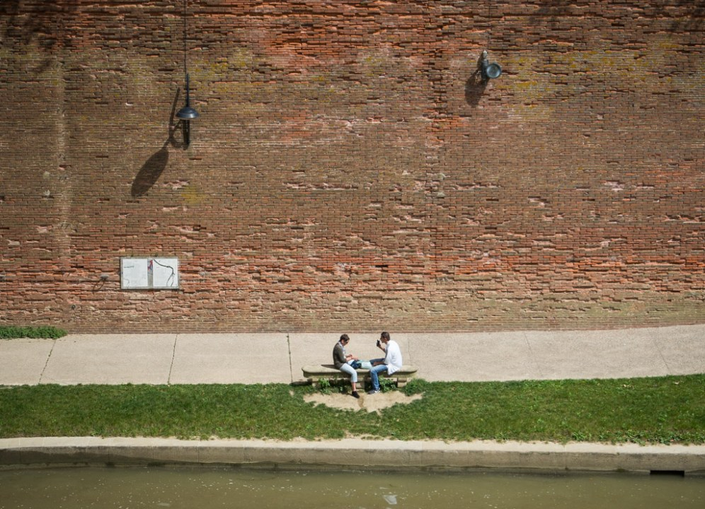 Conversation by the Garonne.
