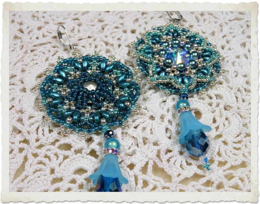 Turquoise blauwe oorbellen met bloemhangers door Ingeborg van Zuiden Weijman
