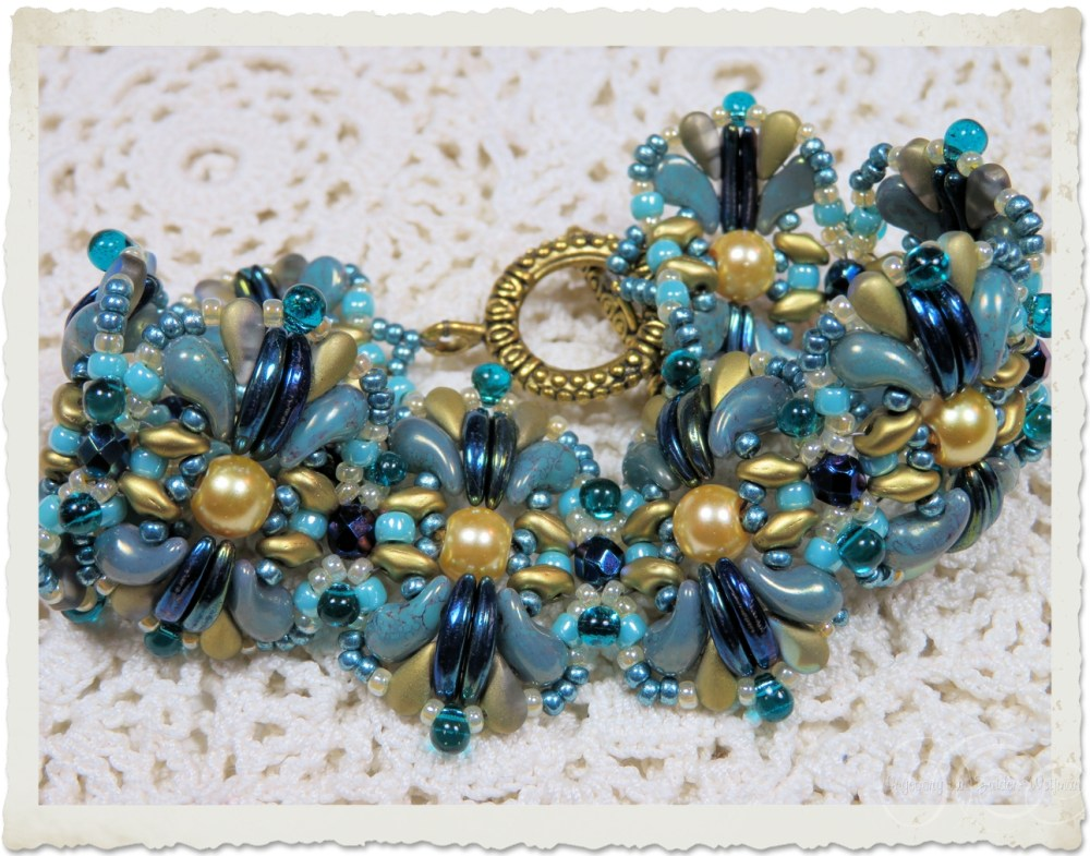 Bracelet with pearls and crescent beads