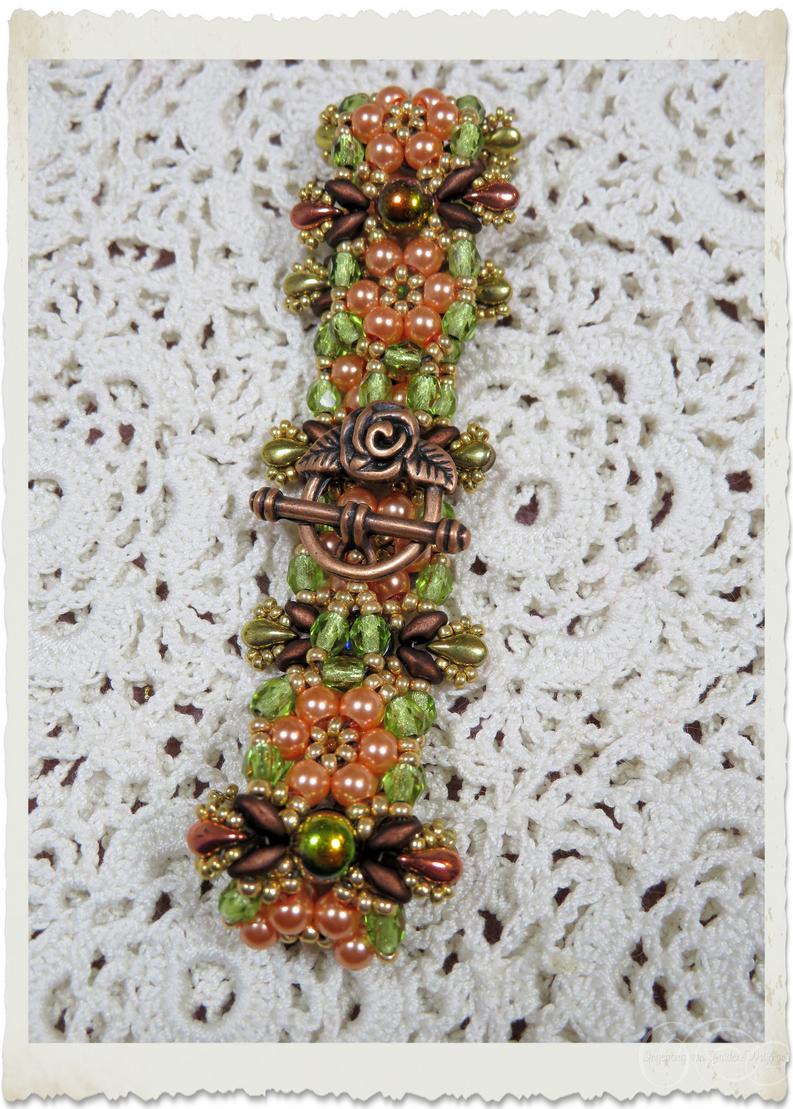 Details of peach brown green handmade bracelet by Ingeborg van Zuiden