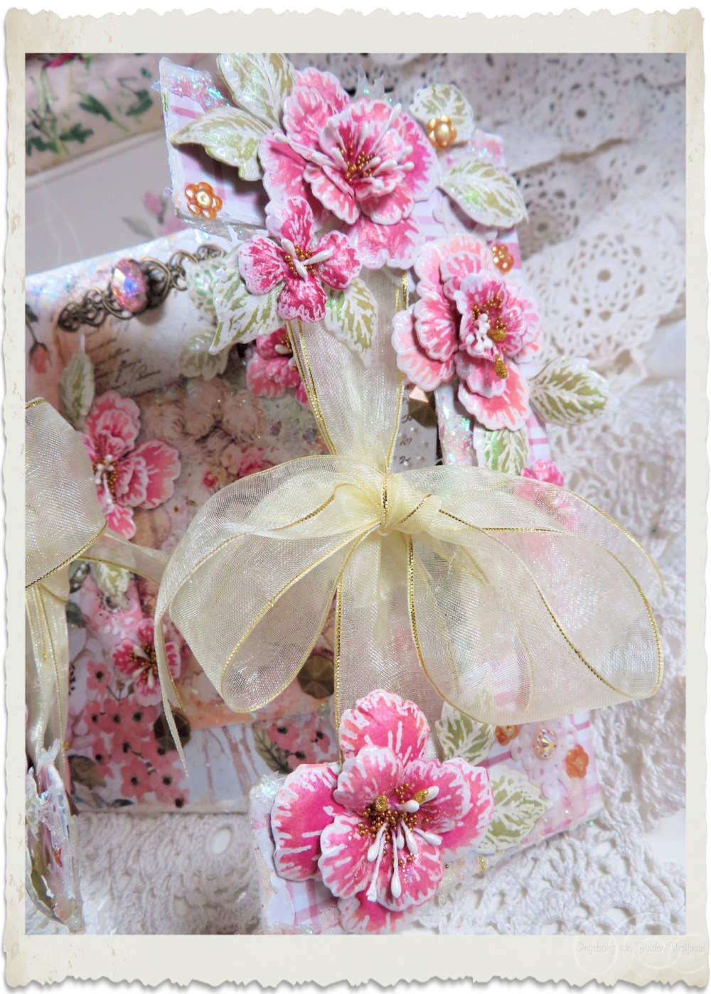 Details of right side of handmade card with Oakberry Lane flowers by Ingeborg van Zuiden