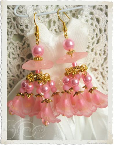 Handmade gold pink flower chandelier earrings by Ingeborg van Zuiden