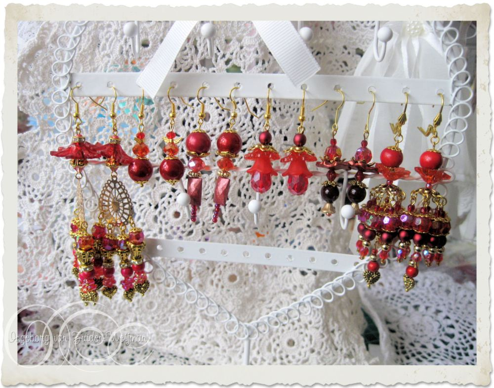 Christmas earrings in red and gold by Ingeborg van Zuiden