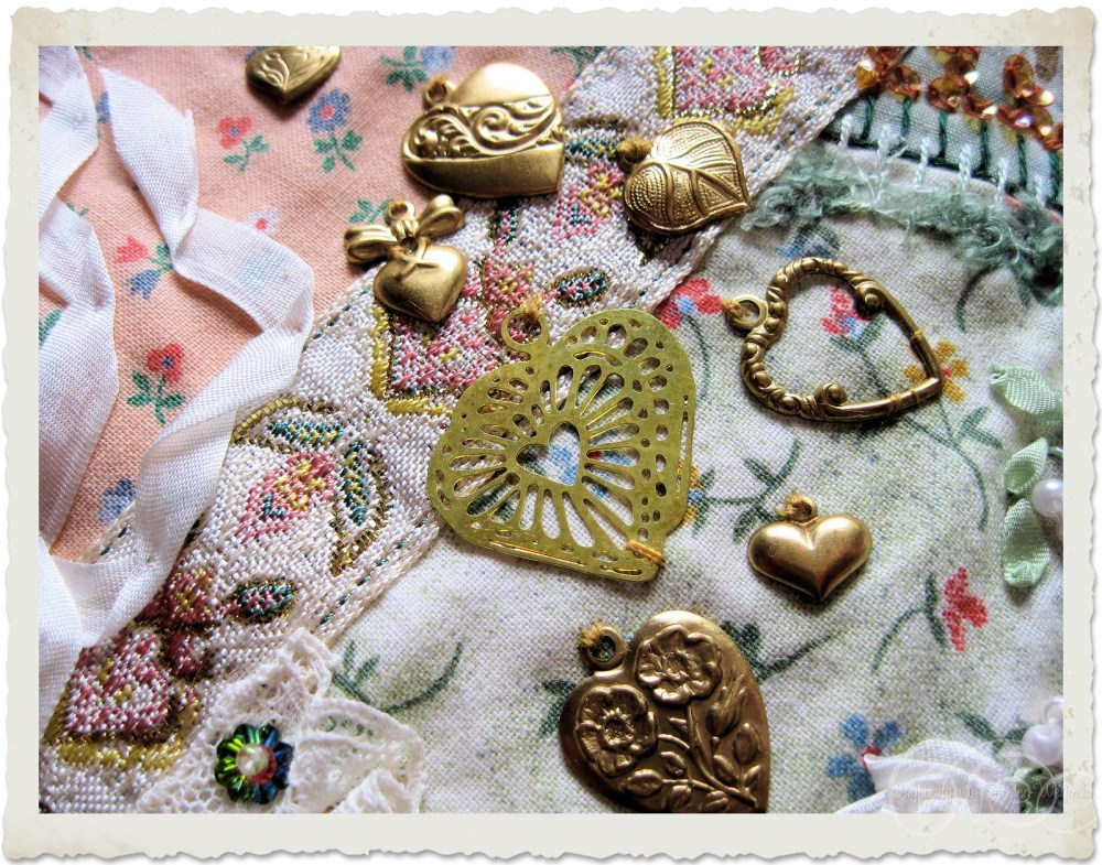 A group of golden hearts charms