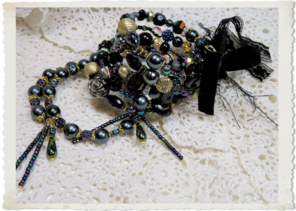 Handmade black gold memory wire bracelets by Ingeborg van Zuiden
