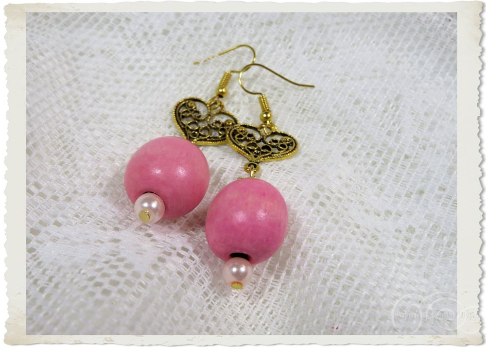 Pink wooden earrings with gold filligree hearts by Ingeborg van Zuiden