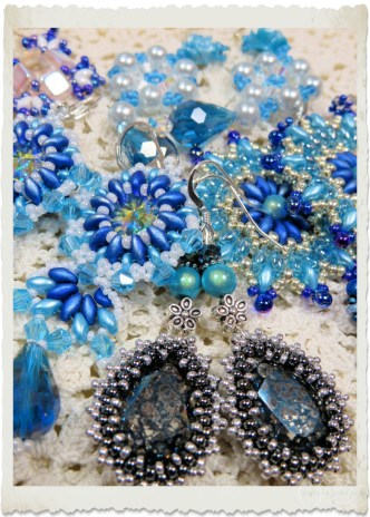 Blue beadweaving earrings by Ingeborg van Zuiden