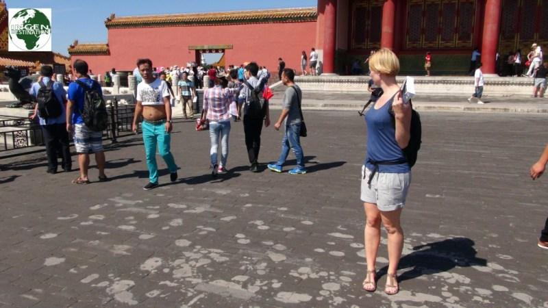 """Én af de mange Kinesiske mænd, der går med deres t-shirts oppe midt på maven. De gør det fordi det jo er varmt, så de """"lufter"""" lidt ud, det er desværre altid bare de kraftigere der gør det.... så det bliver hurtigt mere specielt end kønt!"""
