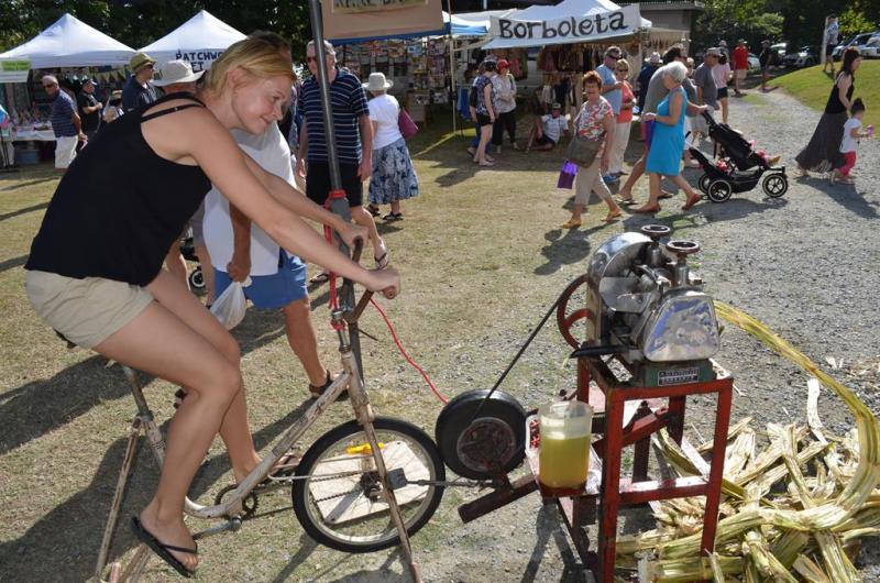 Jeg prøver at cykle mig fra tømmermændene, men uden held.