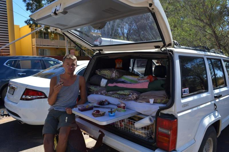 Frokost i Yulara, inden turen gik ud til Uluru.