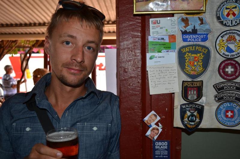 Erik ved siden af vores billeder på Daly Waters pubben.