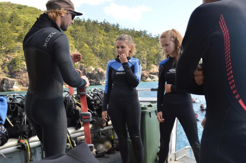 Pigerne bliver lært de elementære regler indenfor dykning.