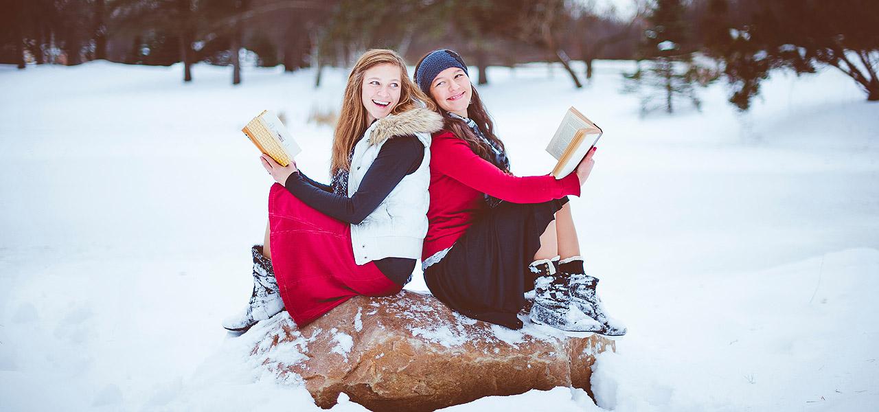 zwei-frauen-lesend-im-schnee