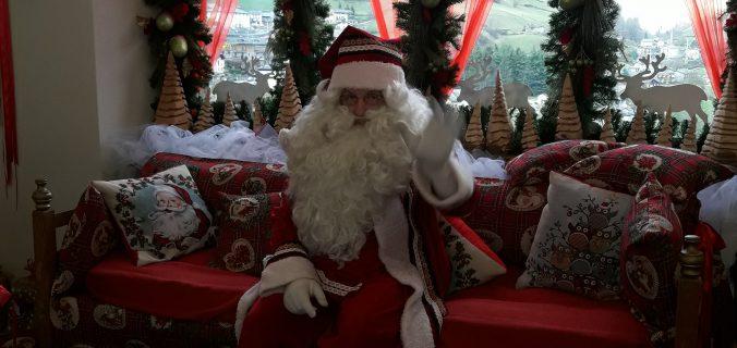 Visita la magica ricostruzione della casa di babbo natale e dei suoi amici elfi! La Casa Bergamasca Di Babbo Natale In Giro Con Luchino