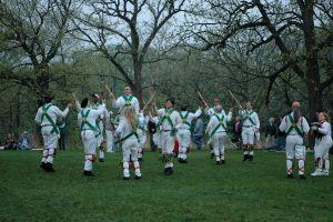 Bailarines de danza Morris al aire libre