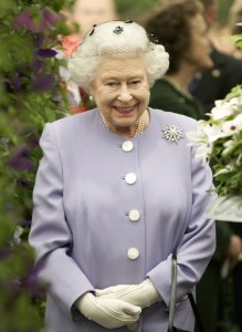 Reina Elizabeth II rodeada de flores