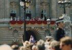Reyes ingleses asomados a Buckingham palace