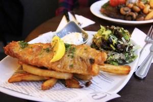 Platillo típico de Inglaterra, pescado con papas